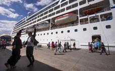 Atraca en Motril un crucero con 700 pasajeros