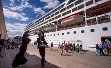 Atraca en Motril un crucero con 700 pasajeros, uno de los más grandes de la temporada