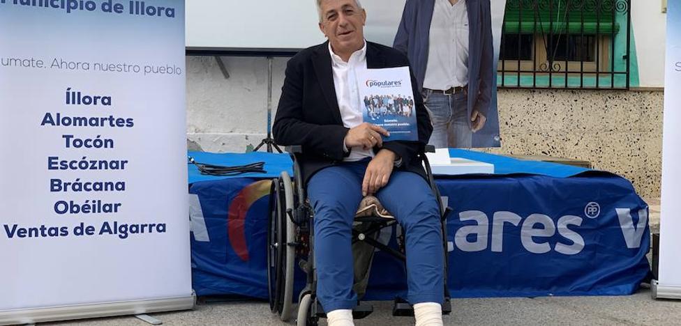 El candidato del PP de Íllora se rompe dos huesos al caerse cuando colgaba un cartel electoral