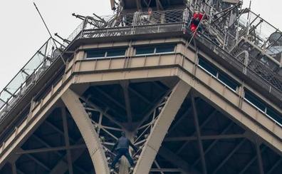 Cierran la Torre Eiffel al descubrir a un hombre escalando su estructura
