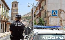 Dos agentes de la Policía Local de Pinos Puente evitan el suicidio de un joven en plena calle