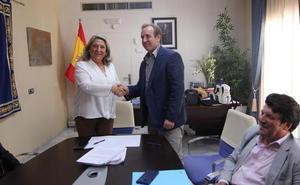 Almuñécar firma el contrato que ampliará las zonas de limpieza y los trabajadores en la calle
