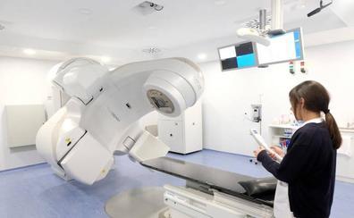 Salud activará tras el verano uno de los equipos oncológicos que donó Amancio Ortega en 2017