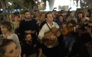 El emotivo adiós de las comparsas de Granada al fallecido Juan Carlos Aragón en Puerta Real