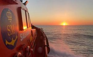Rescatados 74 inmigrantes de dos pateras en el mar de Alborán