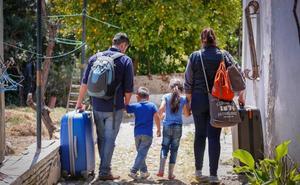 Una familia venezolana, con dos niños, busca ayuda en Granada para no verse en la calle