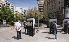 Limpian los paneles de la exposición de Federico García Lorca