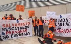 Personal aéreo de Salvamento Marítimo en Almería protesta por amenazas de recortes