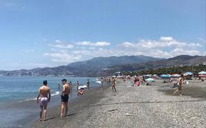Una jornada de reflexión más tranquila de lo habitual en las playas de Granada