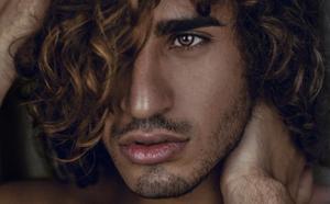 El modelo Reda Akalay enamora al mundo desde Granada: «No tenía autoestima para posar»