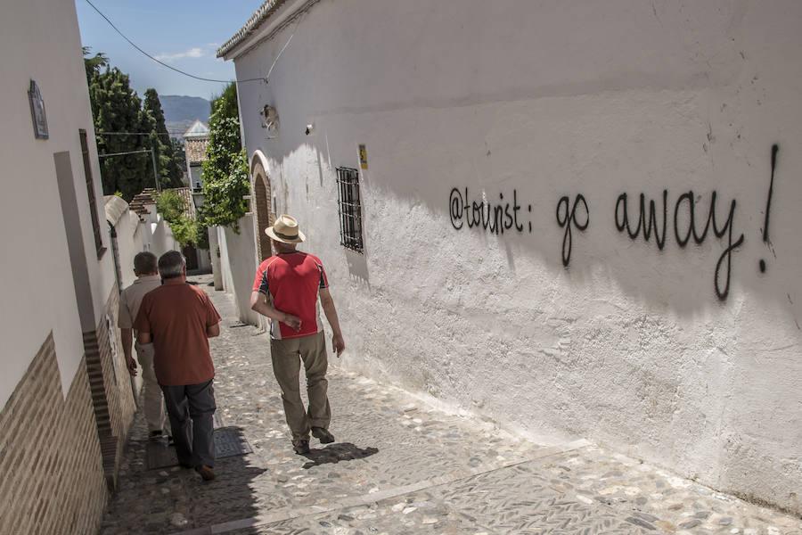 El Albaicín aparece lleno de pintadas en contra del turismo masivo