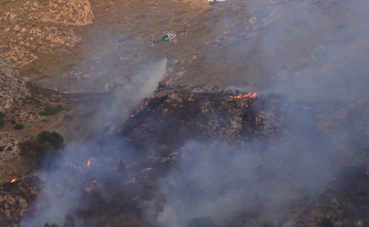 Así actúan los bomberos en el incendio forestal de Sierra Elvira