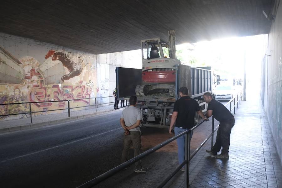 Así ha quedado atascado un camión en el túnel de Camino de Purchil