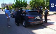 Rescatan a un niño de un año encerrado por accidente en un coche en Murcia