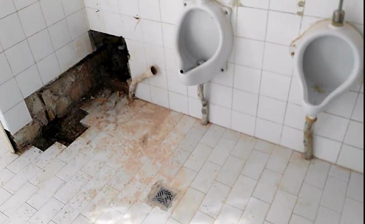 Así están los baños del colegio Francisco Mejías de Motril