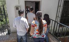 Efraín, Adriana y sus hijos respiran aliviados tras la ayuda ofrecida en Granada por varias personas anónimas