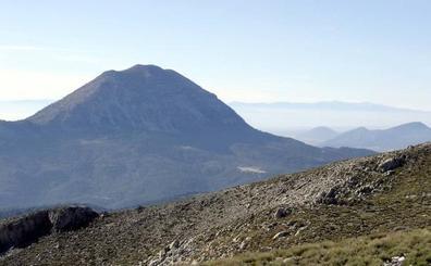 La ruta senderista de ascenso a la Sagra, el pico más alto del Altiplano granadino