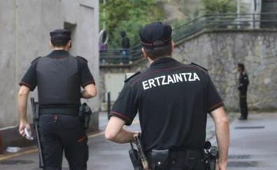 Agentes de la Ertzaintza salvan la vida a una niña de año y medio que se había atragantado con un trozo de pizza