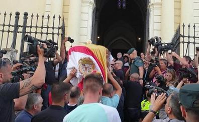 Emotivo último adiós a Reyes entre aplausos