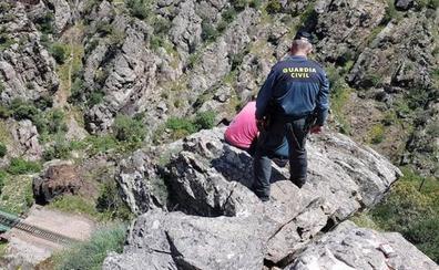 Rescatan a un hombre con riesgo de precipitarse desde una piedra a 80 metros en Despeñaperros