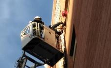 Retiran un aparato de aire acondicionado de un quinto piso en Granada porque corría riesgo de caerse
