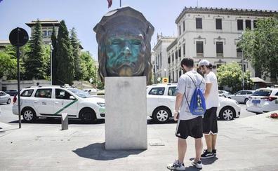 Pintan con spray la escultura del Gran Capitán en avenida de Constitución