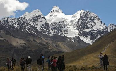 Un escalador español muere en un nevado andino boliviano y otro queda herido