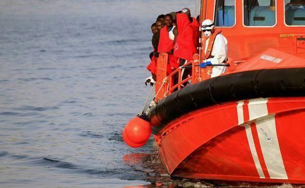 Salvamento rescata 2 pateras con un centenar de personas que traslada a Motril