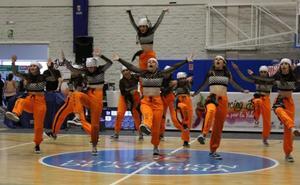 Un millar de almerienses 'locos' por la danza baila contra las adicciones