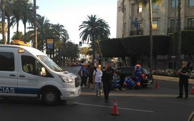 Un herido grave tras chocar una moto y un turismo en el centro de Almería