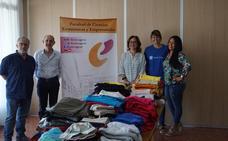 La Facultad de Ciencias Económicas y Empresariales dona más de 150 kilos de ropa infantil a la Asociación Madre Coraje