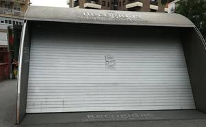 Una entrada del Metro en Recogidas, cerrada desde hace dos semanas sin fecha de reapertura