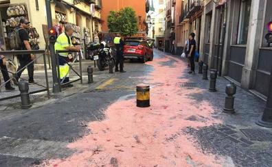 La pilona de calle Elvira vuelve a teñir de rojo el asfalto