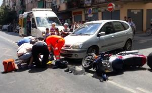 Un herido tras colisionar un coche y una moto en la avenida de Dílar