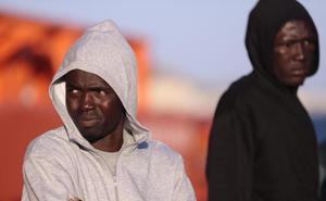 Cinco varones evacuados en helicóptero y 44 trasladados en una patera al puerto de Motril