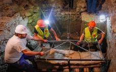 Así ha sido el traslado del sarcófago romano datado entre los siglos II y IV después de Cristo