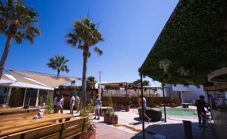 Así luce ahora el famoso chiringuito Oleaje de Playa Granada que abre ya