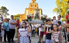 Niños procesionaron la imagen pequeña de la Virgen de Linarejos
