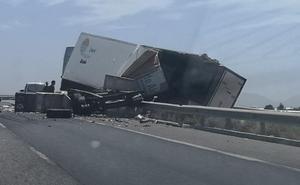 Dos camiones chocan en la A-7 a la altura de Almería capital
