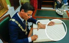 ¿Qué escribió Luis Salvador en el libro de honores del Ayuntamiento de Granada tras ser proclamado alcalde?