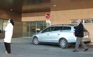 Evacúan al hospital a dos policías de Jaén tras inhalar humo al actuar en el incendio de una vivienda