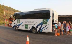 El servicio de autobús para acceder a la playa nudista de Cantarriján ya está funcionando