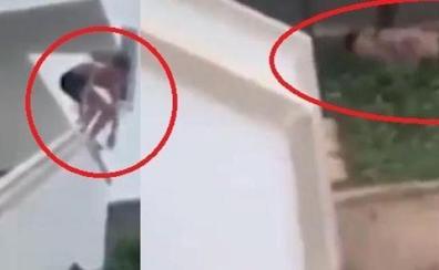 Cazado un turista británico que se rompió los huesos haciendo 'balconing' y quería que el hotel lo indemnizara
