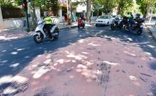 Aviso de la Policía Local por un vertido de aceite en el centro de Granada que puede provocar caídas