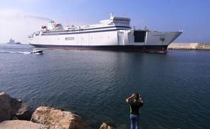 El 'Golden Bridge', el nuevo barco que irá a Melilla, ya está en el puerto de Motril