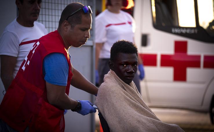 Un ferry traslada a Motril a varios inmigrantes