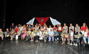 Los mayores de Linares disfrutan de la gala de fin de curso con la que culminan sus talleres