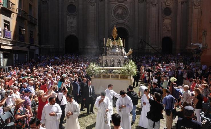 La procesión del Corpus engalana Granada