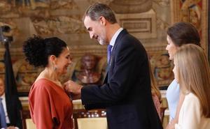 El Rey condecora con la Orden del Mérito Civil a la profesora Sofía Deza Caparrós