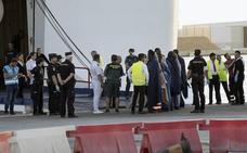 Dada de alta en Almería la niña evacuada de la patera con 22 desaparecidos